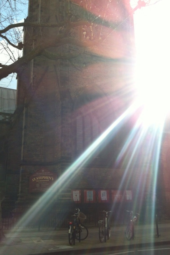Londra. Cattedrale di St. Stephen's. Passeggiando per strada, al sole.